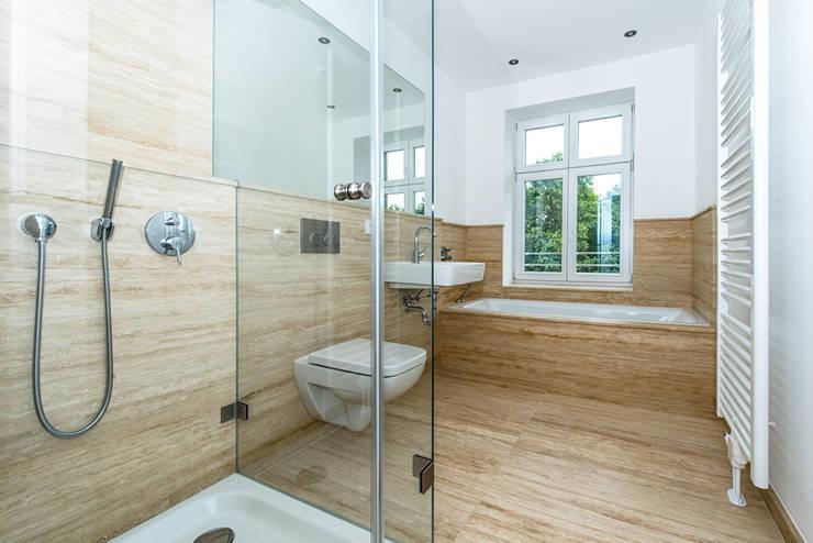 Sanierung Mehrfamilienhaus Düsseldorf/Derendorf:  Badezimmer von Maria Stahl Architekten