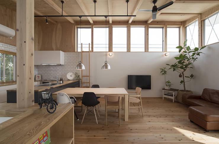 Living room by 株式会社建楽設計