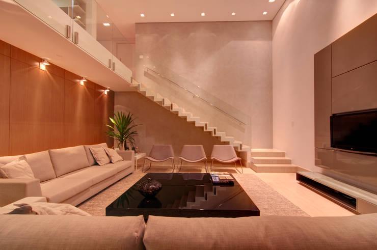 Residência TF: Salas de estar  por ÓBVIO: escritório de arquitetura