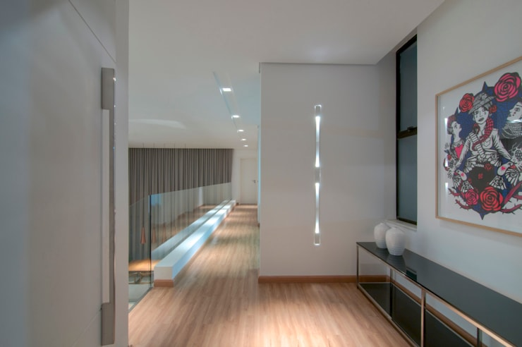Residência TF: Corredores e halls de entrada  por ÓBVIO: escritório de arquitetura