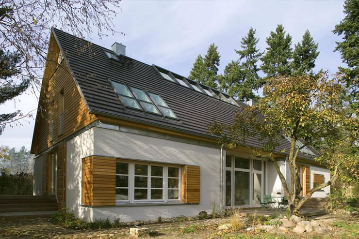 Haus am Schwielowsee: landhausstil Häuser von wolff:architekten