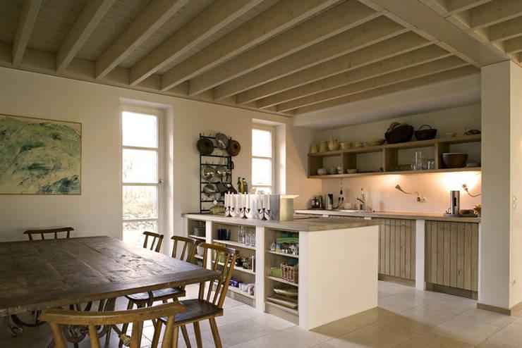 Haus am Schwielowsee: landhausstil Küche von wolff:architekten