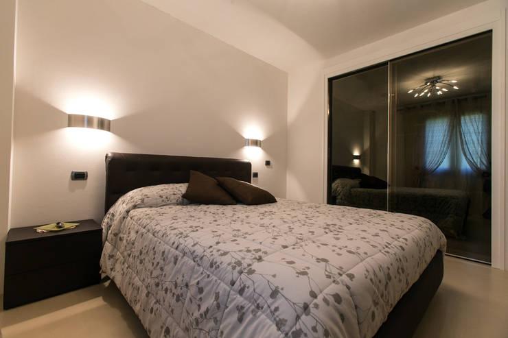 Casa C-P: Camera da letto in stile in stile Moderno di QUADRASTUDIO