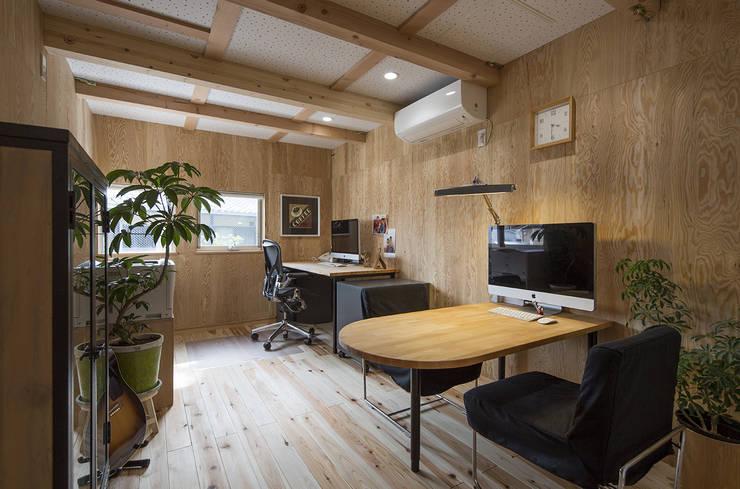 Salas multimedias de estilo  por 株式会社建楽設計, Moderno