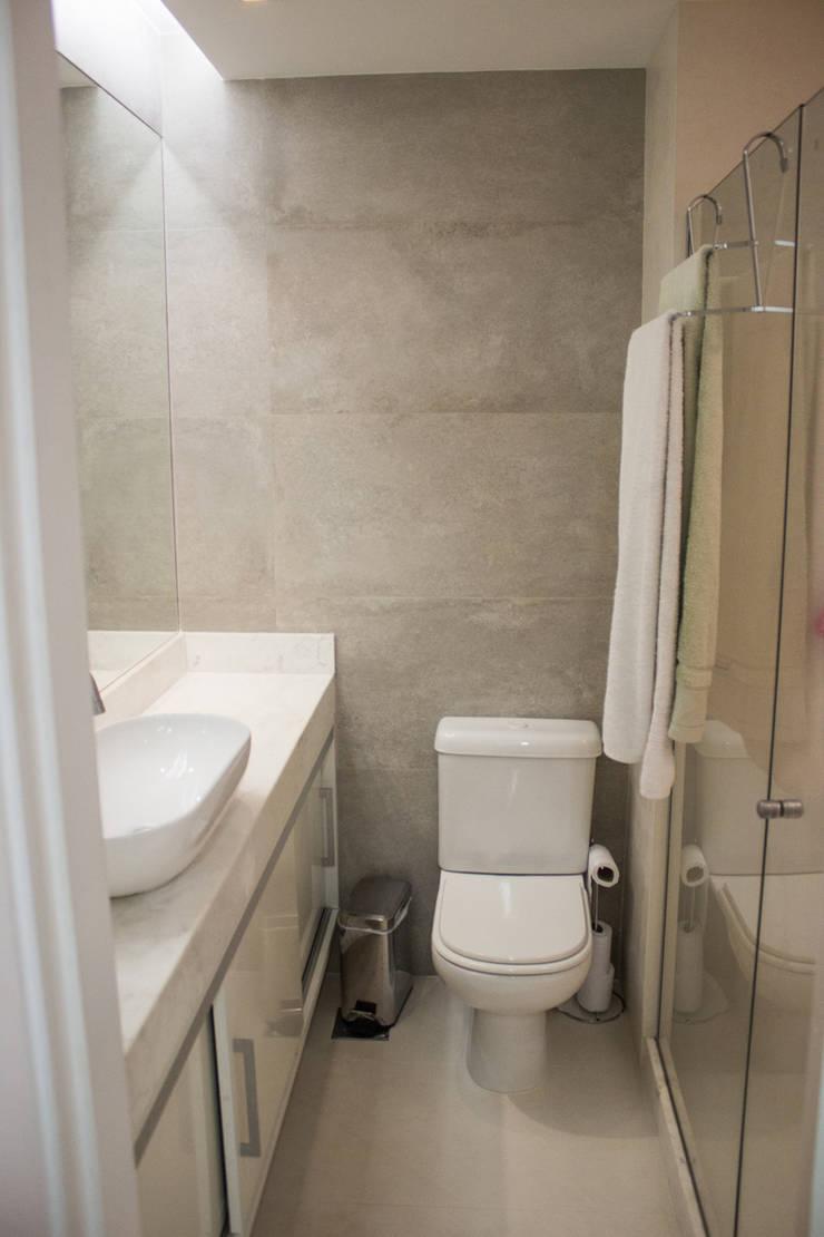 APARTAMENTO M|C: Banheiros  por Lote 21 Arquitetura e Interiores