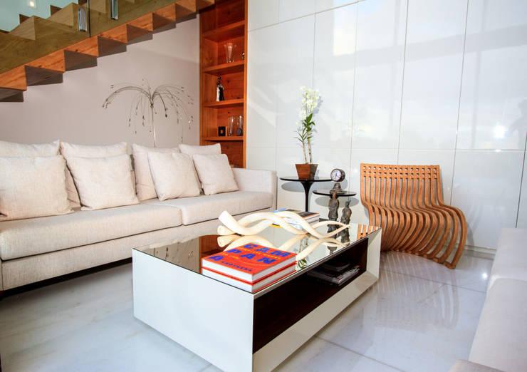 Casa Alphaville | Cond. das Árvores: Salas de estar  por Maina Harboe Arquitetura,