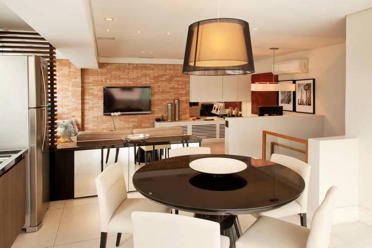 APARTAMENTO PARAÍSO: Salas de jantar  por TRIARQ STUDIO DE ARQUITETURA E INTERIORES LTDA,Moderno