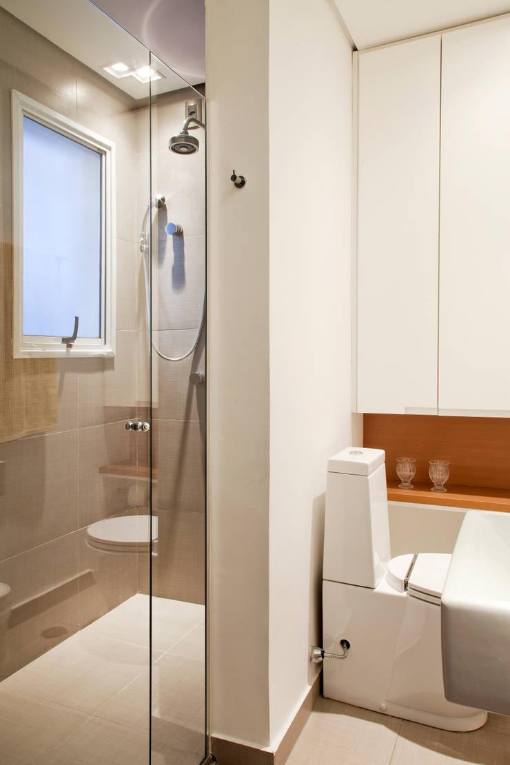 APARTAMENTO PARAÍSO: Banheiros  por TRIARQ STUDIO DE ARQUITETURA E INTERIORES LTDA,Moderno