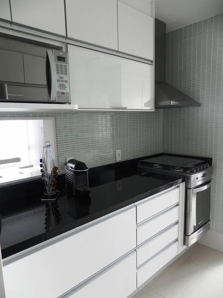 APARTAMENTO M|L: Cozinhas  por Lote 21 Arquitetura e Interiores