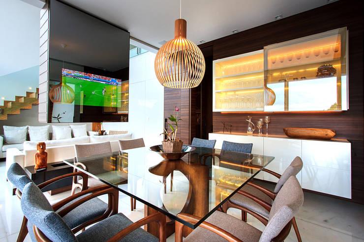 Casa Alphaville | Cond. das Árvores: Salas de jantar  por Maina Harboe Arquitetura,