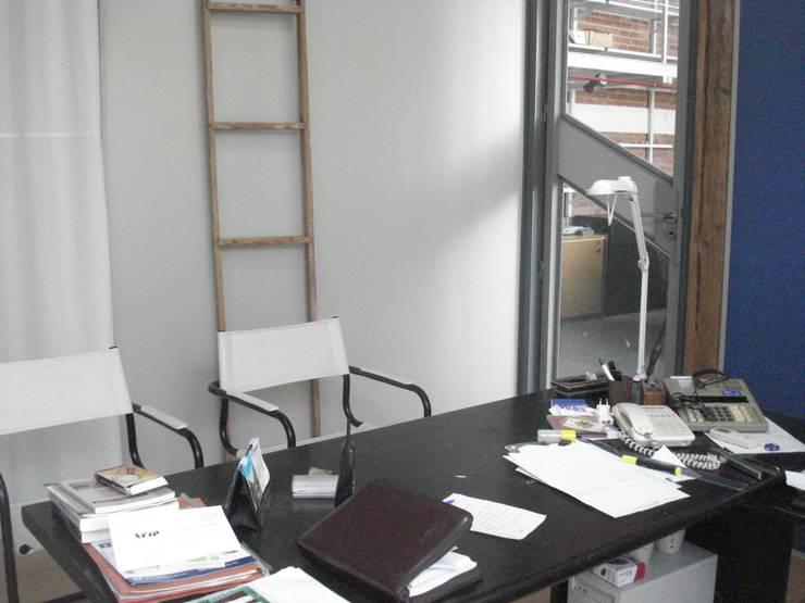 atencion: Estudios y oficinas de estilo moderno por CRISTINA FORNO