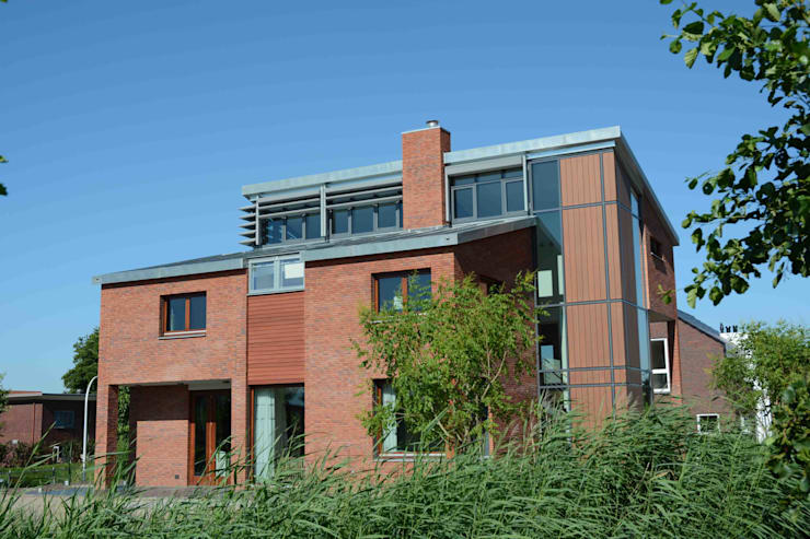 zijkant:  Huizen door TIEN+ architecten, Modern