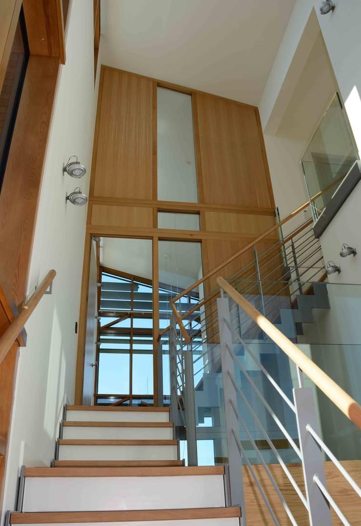 trappenhuis:  Gang en hal door TIEN+ architecten, Modern