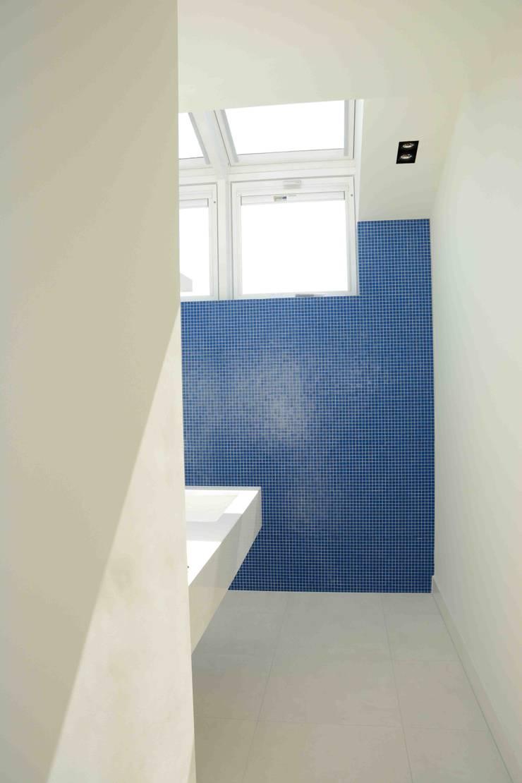 badkamer 2:  Badkamer door TIEN+ architecten, Modern