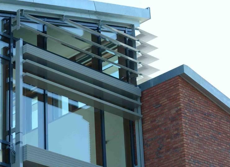 buitenzonwering:  Huizen door TIEN+ architecten, Modern
