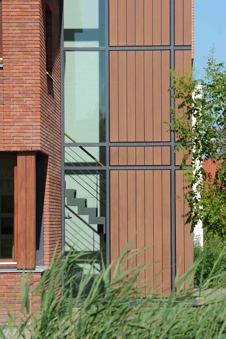 trappenhuis van buiten:  Huizen door TIEN+ architecten, Modern