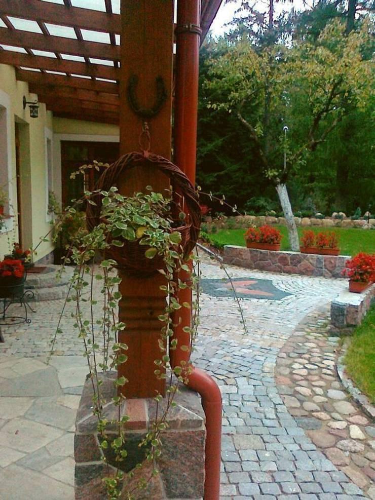 Wiklinowa donica na kwiaty: styl , w kategorii  zaprojektowany przez Garden Ekspert Studio Architektury Krajobrazu
