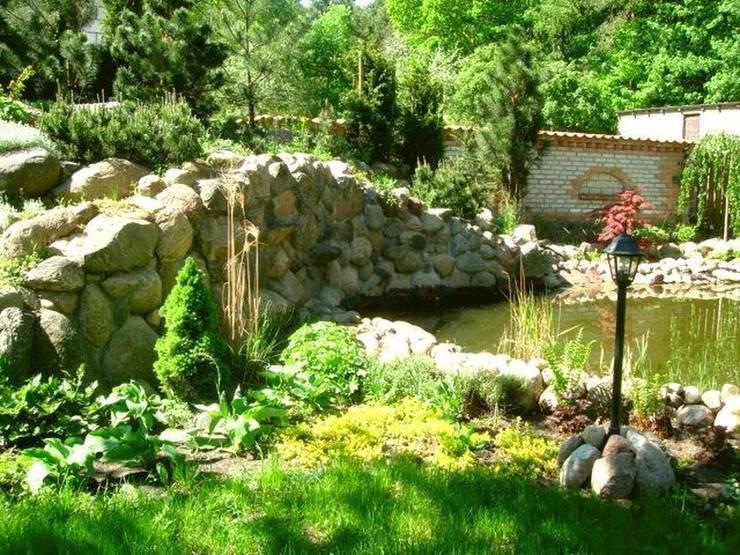 Skarpa nad stawem: styl , w kategorii  zaprojektowany przez Garden Ekspert Studio Architektury Krajobrazu