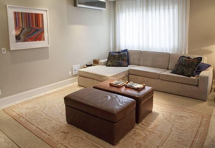 Apto. Vila Nova: Sala de estar  por Maria Teresa Rodrigues Alves