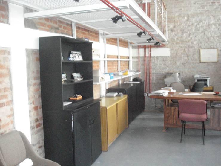 equipamiento de apoyo: Estudios y oficinas de estilo moderno por CRISTINA FORNO