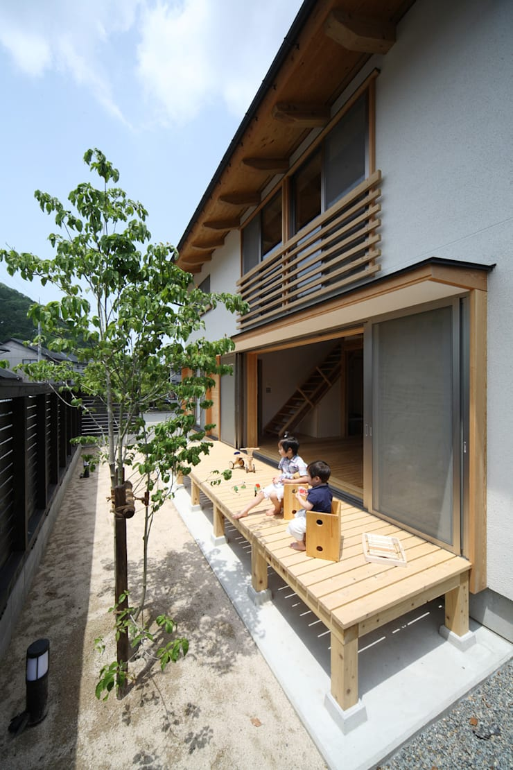 くつろぎの縁側: 芦田成人建築設計事務所が手掛けたテラス・ベランダです。,オリジナル