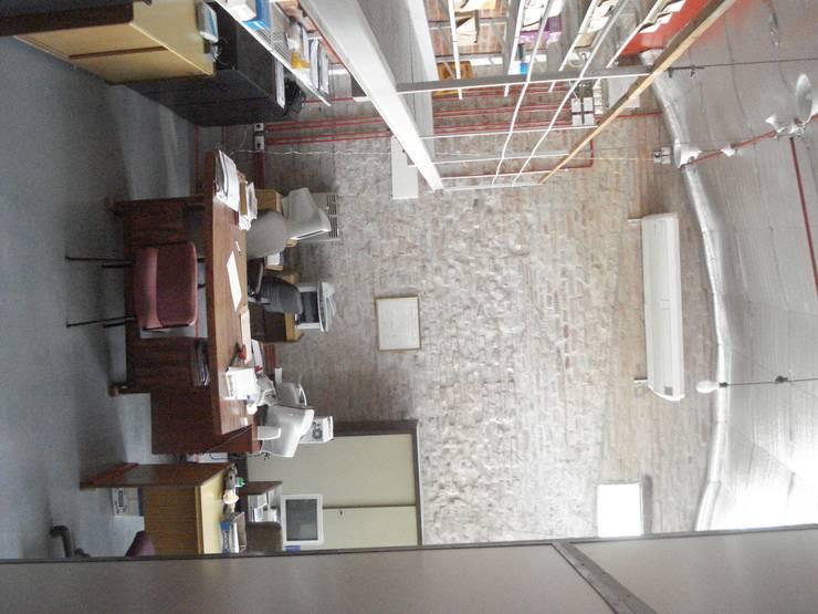 ladrillos: Estudios y oficinas de estilo moderno por CRISTINA FORNO