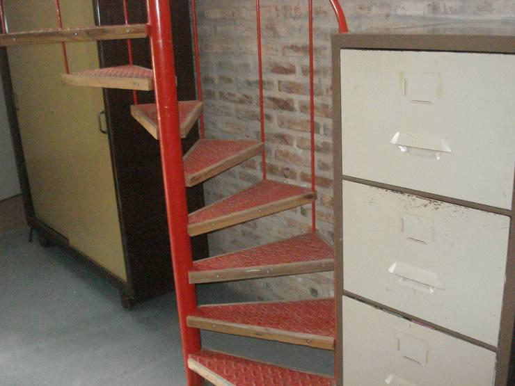 rojo: Estudios y oficinas de estilo moderno por CRISTINA FORNO