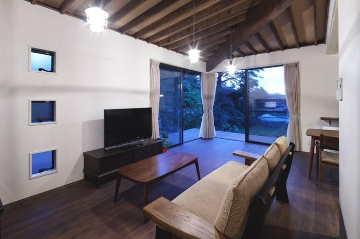 長門の家 House In Nagato: 飯塚建築工房が手掛けたリビングです。,