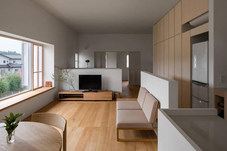 奈坪の家 / House in Natsubo オリジナルデザインの リビング の 水野純也建築設計事務所 オリジナル