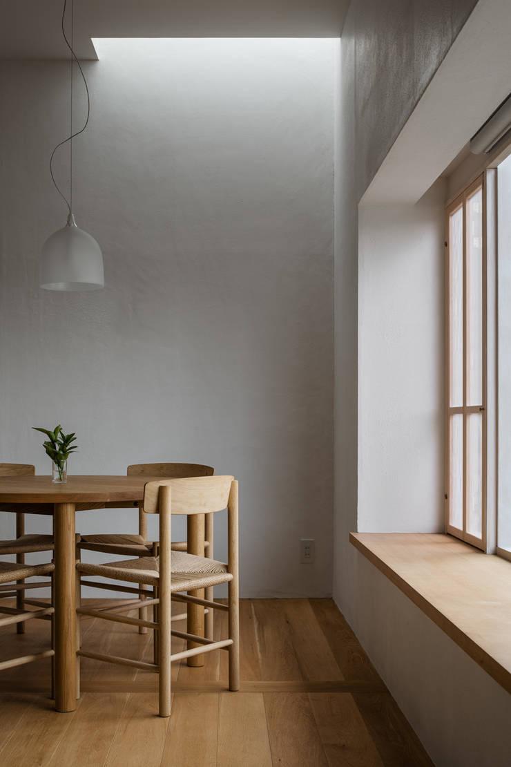 奈坪の家 / House in Natsubo オリジナルデザインの ダイニング の 水野純也建築設計事務所 オリジナル
