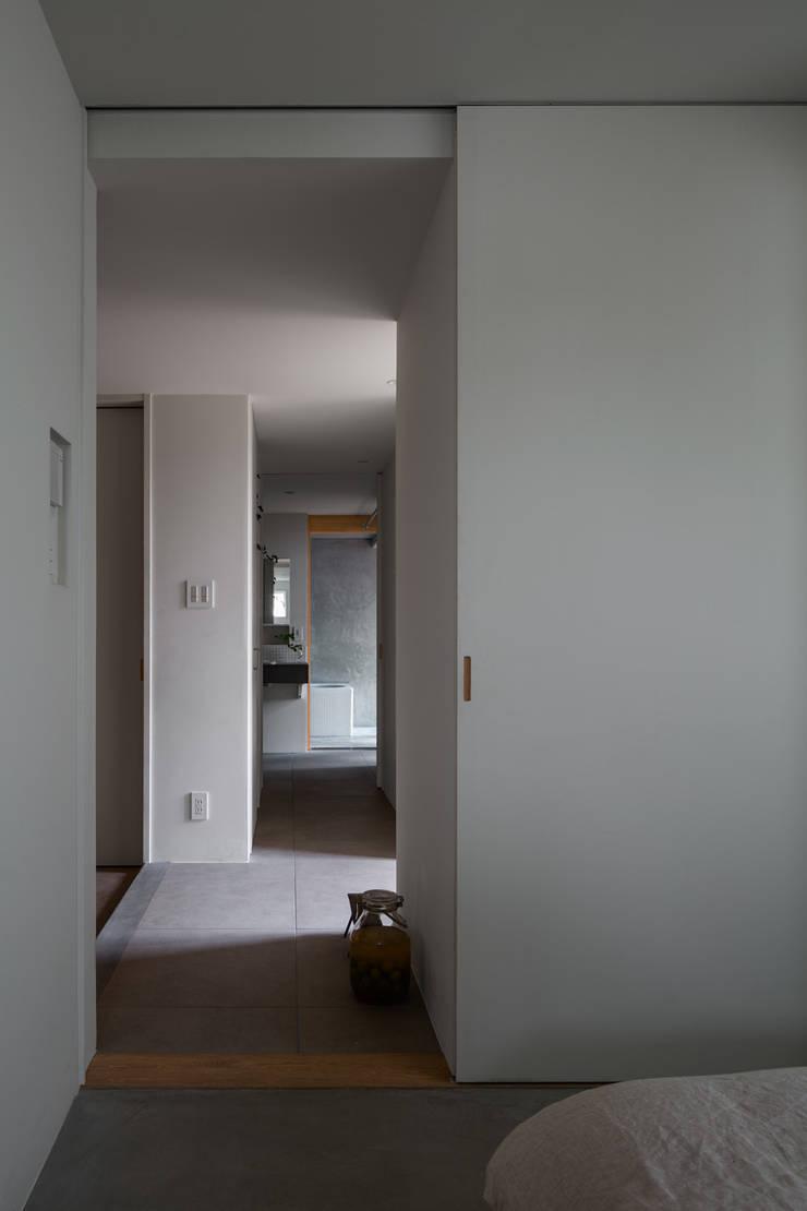 奈坪の家 / House in Natsubo: 水野純也建築設計事務所が手掛けた廊下 & 玄関です。