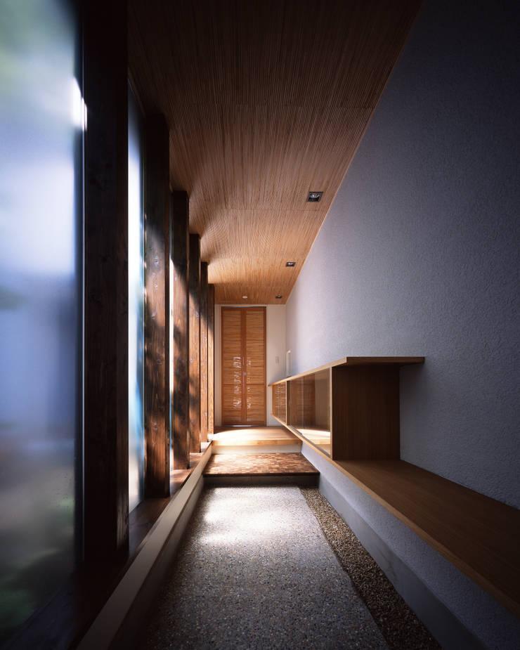 新宮苑の家 House In shinguen: 飯塚建築工房が手掛けた廊下 & 玄関です。,