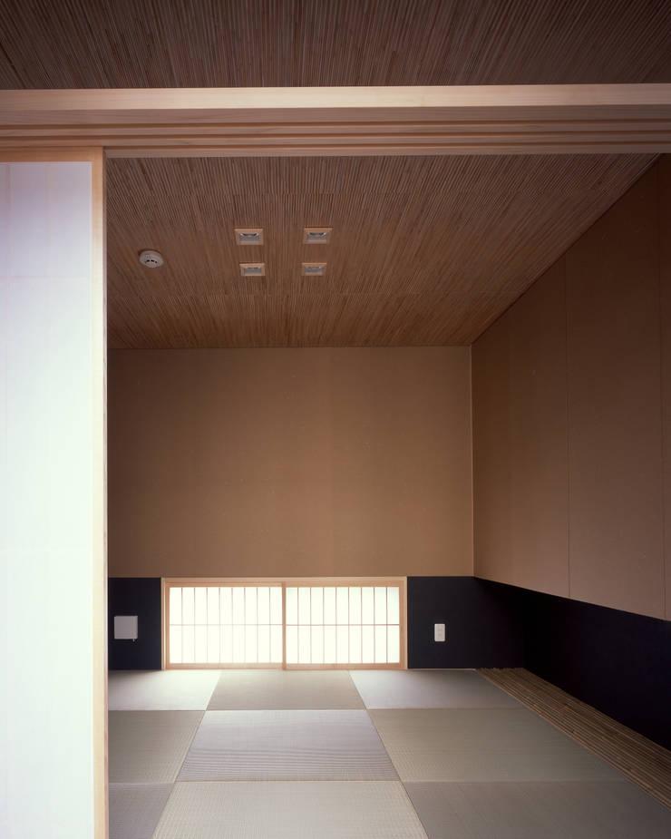 新宮苑の家 House In shinguen: 飯塚建築工房が手掛けた寝室です。,
