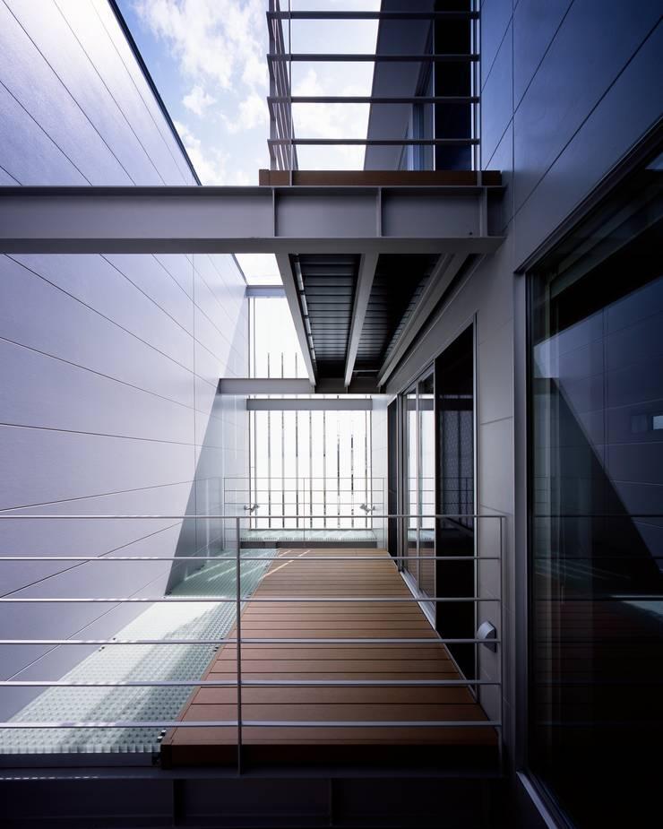 段原の家 House In Danbara: 飯塚建築工房が手掛けたテラス・ベランダです。