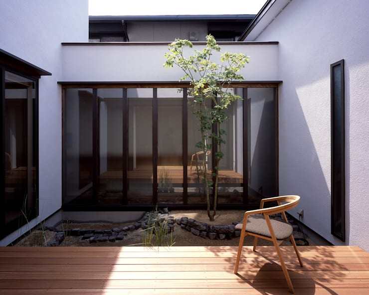 新宮苑の家 House In shinguen: 飯塚建築工房が手掛けた庭です。