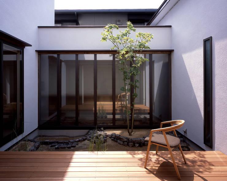 Jardines de estilo  por 飯塚建築工房