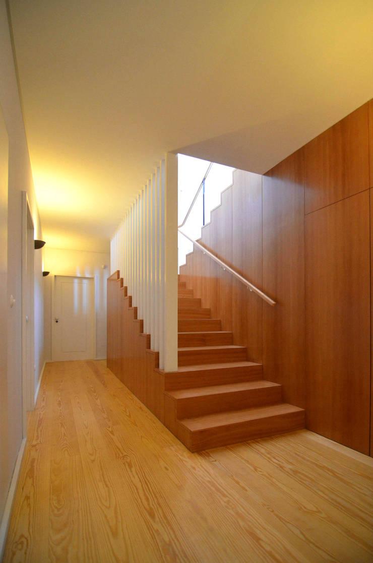 Acesso piso inferior: Corredores e halls de entrada  por Germano de Castro Pinheiro, Lda