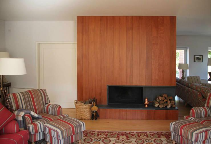 Living room by Germano de Castro Pinheiro, Lda