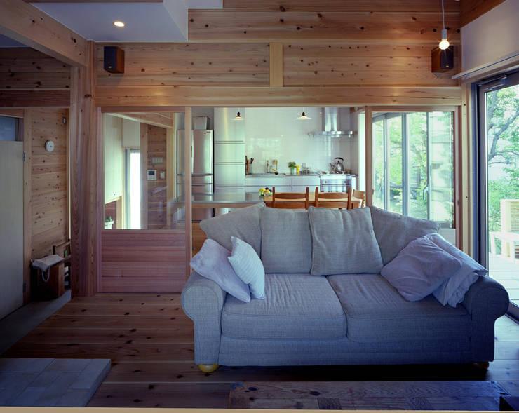 八幡山の家: ㈲矢田義典建築設計事務所が手掛けたリビングです。