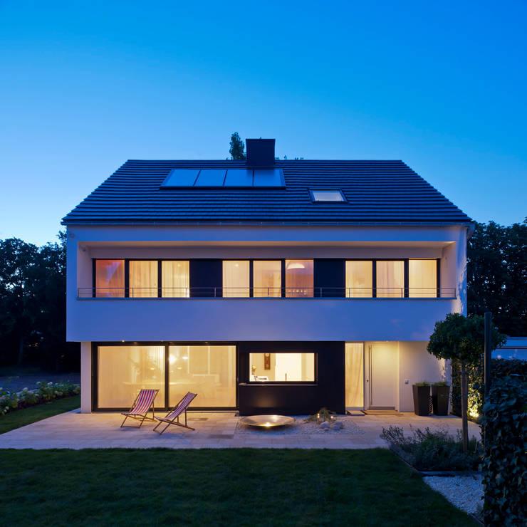 Grünes Leben, über der Stadt: moderne Häuser von KitzlingerHaus GmbH & Co. KG