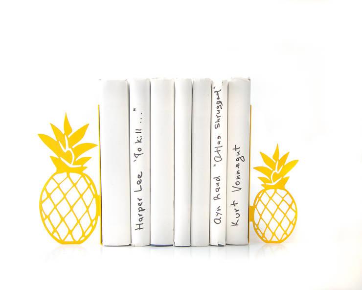 Buchstützen Ananas: minimalistische Wohnzimmer von DesignAtelierArticle