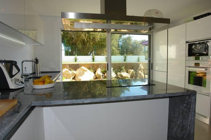 Renovação moradia em Birre III   Cascais: Cozinhas  por shfa