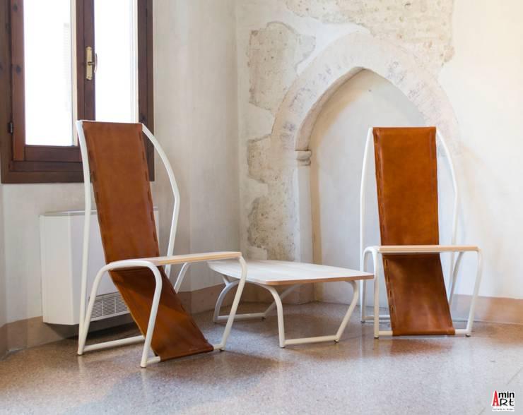 Crossbow and coffee table: Soggiorno in stile  di Aminart