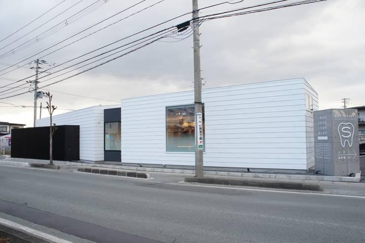 Clínicas de estilo  de 一級建築士事務所A-SA工房, Moderno