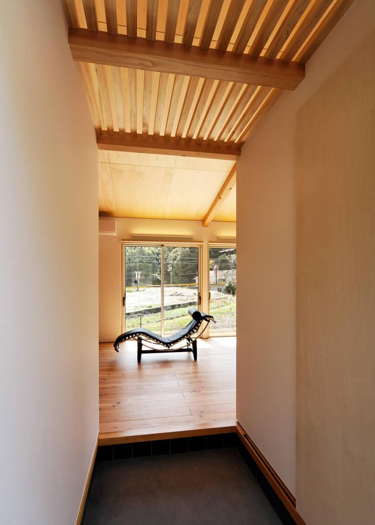 HOUSE M: 株式会社 長野総合建築事務所が手掛けたリビングです。,