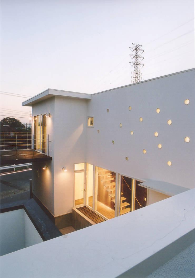 ランダムに設けられた丸い穴: 阿部泰道建築設計事務所が手掛けた家です。