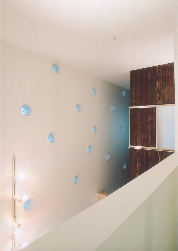 エントランスホール吹抜: 阿部泰道建築設計事務所が手掛けた廊下 & 玄関です。