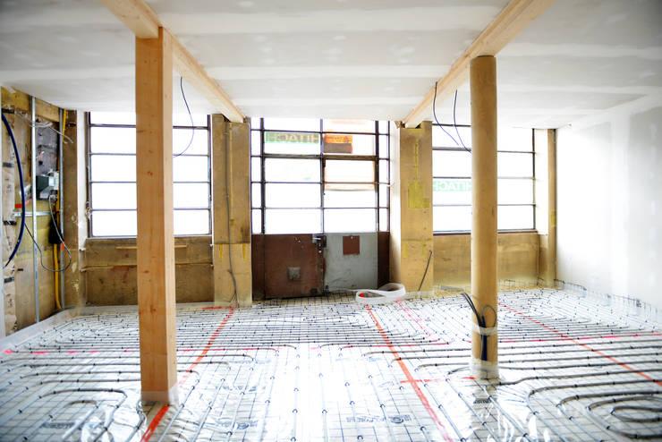 Transformation d'un atelier d'artisan en loft duplex:  de style  par le songe du miroir photographe