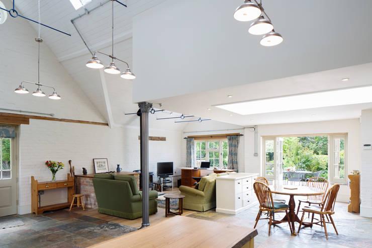 Traditional Farmhouse Kitchen Extension, Oxfordshire:  Kitchen by HollandGreen