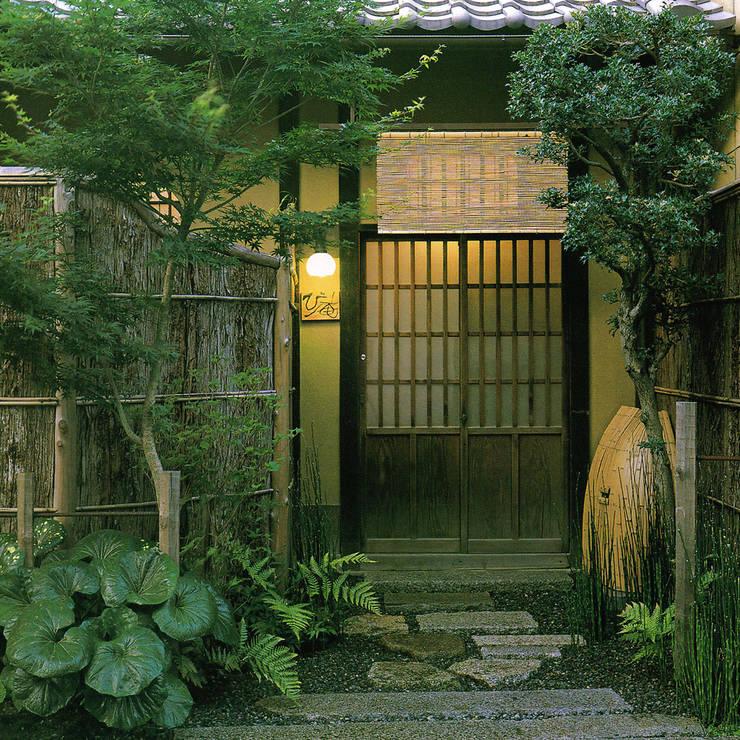 玄関ファサード: 一級建築士事務所 ネストデザインが手掛けたアプローチです。
